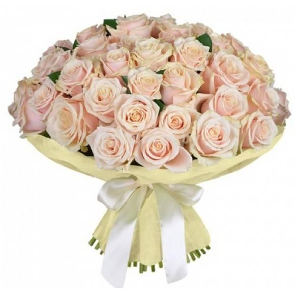 51 кремовая розаРозы<br>Подарок девушке в виде 51<br>кремовой розы расскажет о серьезных намерениях и нежных чувствах. Эти цветы<br>представляют собой олицетворение спокойствия и элегантности. Как правило, их выбирают<br>люди с отменным вкусом. Такие цветочные композиции дарят мужчины, уверенные в<br>серьезности отношений и стремящиеся к их постоянству. Однако не менее уместным<br>пышный букет из кремовых роз будет на свадебном мероприятии. Гости,<br>презентующие такую красоту молодоженам, наверняка будут в центре внимания. На<br>языке цветов композиция обозначает пожелание счастливого брака и безмятежной<br>любви.<br>