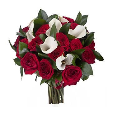 ИдеалКаллы<br>Букет поразит вас своей чрезвычайной элегантностью, становясь отличным<br>подарком коллеге. Поистине идеальный комплект составляют белоснежные<br>каллы и бордовые розы. Каллы придают композиции утонченности,<br>подчеркивая ваше уважение к получателю. Розы настаивают на глубоком<br>чувстве привязанности. Получив столь роскошный букет, любимая женщина<br>вмиг забудет все обиды.<br>