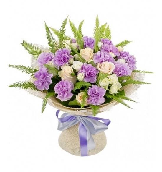 Северный ветерГвоздики<br>Столь утонченный букет – это подарок, который поможет извиниться перед<br>дорогим человеком, выразить глубокие чувства искренности и уважения.<br>Лиловые гвоздики в сочетании с бежевыми розами составляют изысканный<br>ансамбль, который подарит улыбку и получателю, и вам. Яркую цветочную<br>композицию можно преподнести в честь памятной даты и другу, и коллеге.<br>