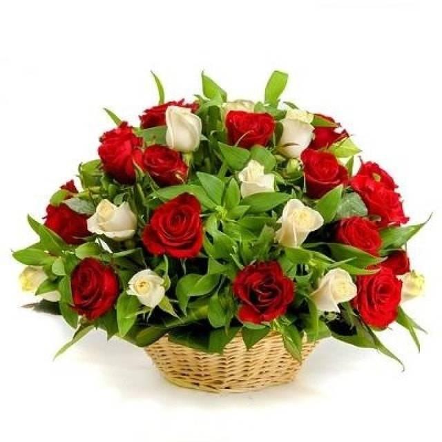 ИскушениеКорзины с цветами<br>Сочетания белого и красного цветов всегда считается отличным решением,<br>особенно, если это касается элегантного букета из роз. Еще большей<br>оригинальности придает композиции и то, что помещена она в плетеную<br>корзину. Утонченный цветочный комплект станет великолепным подарком в<br>честь юбилея коллеги или друга и поможет загладить вину перед любимым<br>человеком.<br>
