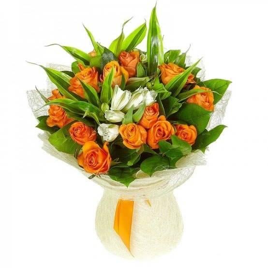 Карамельные сливкиАльстромерии<br>Альстромерии, окруженные розами – это шикарное нежное сочетание,<br>которому обрадуется любая женщина. Букет выполнен в нежных тонах,<br>любимых дамами. Альстромерии помогут сделать подарок ненавязчивым и<br>покажут хорошее отношение, а розы – не двузначный намек на теплые и<br>нежные чувства, букет подойдет для извинений или для напоминания о любви.<br>