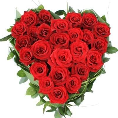 Сердце красных розРозы<br>Красные розы по праву<br>считаются королевами среди цветущих растений. Прекрасным дамам джентльмены<br>дарят их на день рождения, 8 марта и просто в честь романтического свидания.<br>Однако главным назначением таких цветов всегда будет выражение любовной<br>привязанности и восхищение красотой в любой день. Классические красные розы<br>принято дарить и молодым, и зрелым женщинам. Они привлекают своим<br>величественным видом и манящим тонким ароматом. Подарив даме сердце из красных<br>роз, вы без труда покорите её сердце. Она наверняка поймет ваши намерения и<br>желания, а благоухающее сердце будет долго радовать изумительной стойкостью.<br>