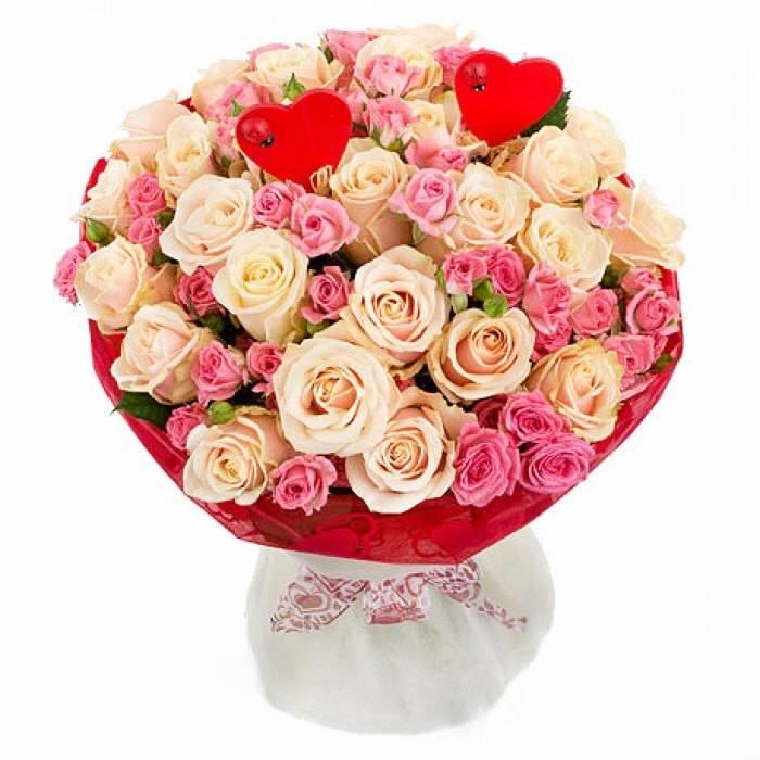 Букет милая мояРозы<br>В Викторианскую эпоху именно<br>розы помогали мужчинам выражать свои эмоции и рассказывать дамам сердца о<br>роковых влюбленностях. Сегодня язык цветов по-прежнему актуален. Как и<br>несколько сотен лет назад розовые розы олицетворяют нежность, вежливость,<br>элегантность и утонченность. В компании с распустившимися персиковыми бутонами<br>такие символы нежности обретают еще одно значение – тепло и благодарность.<br>Такой букет идеально подойдет для украшения торжественного мероприятия, а также<br>станет отличным подарком супруге на годовщину свадьбы или юбилей. Он наполнит<br>её сердце нежностью и теплом.<br>