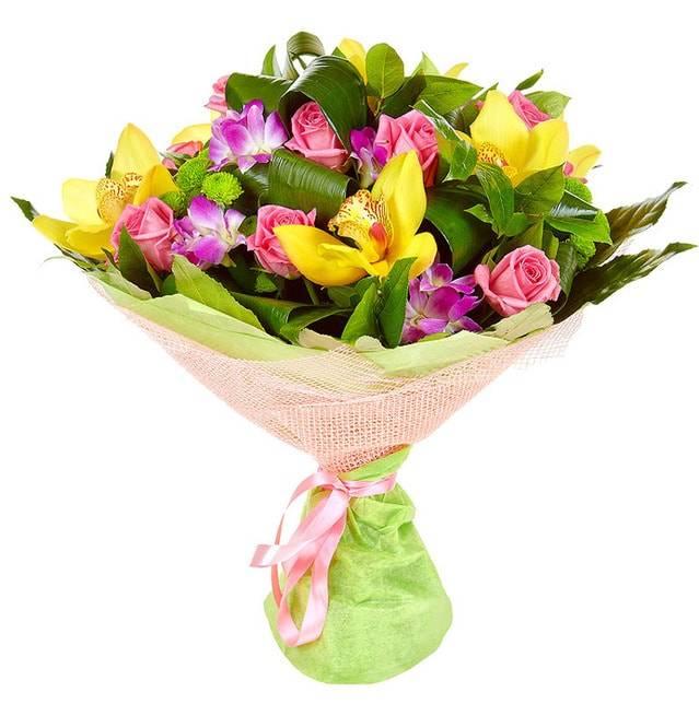 РадугаОрхидеи<br>Красочный и невероятно яркий, букет «Радуга» состоит, в основном, из орхидей ярко-желтого цвета, а также нежно-розовых роз. Использование листьев салала насыщенного зеленого цвета в качестве дополнительного украшения, делает букет более выразительным и оригинальным. Розы такого оттенка подчеркивают изысканность и элегантность, а также помогают выразить чувство симпатии. Цветочная композиция непременно порадует получателя, она станет универсальным подарком в честь любого праздника или просто в обычный день.<br>