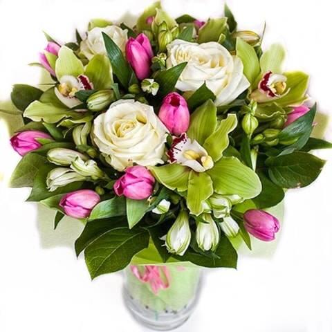 Весенний миксТюльпаны<br>Такую роскошную композицию<br>можно по праву назвать одой женской красоте. Белые розы восхваляют невинность и<br>чистоту, а также позволяют без слов рассказать о своих нежных чувствах к<br>избраннице. Хрупкая и элегантная орхидея продолжает песню о любви к дамам,<br>символизирует мудрость, аристократичность и утонченность. В компании с игривыми<br>розовыми тюльпанами, неординарными альстромериями и безграничной весенней<br>зеленью они создают удивительно гармоничную комбинацию. Цветущий подарок<br>покорит сердце дамы своим изяществом и тонким неповторимым ароматом. Подойдет<br>такой букет не только для любимой девушки, но также для мамы или сестренки.<br>