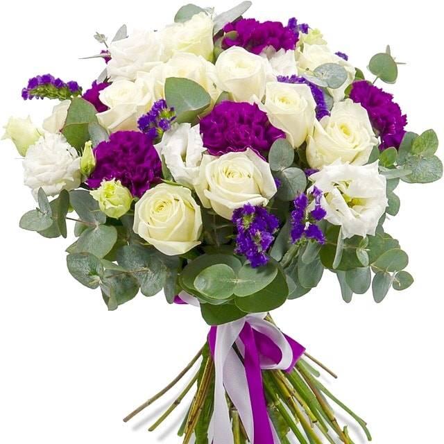 Поцелуй принцессыГвоздики<br>Гвоздики, входящие в состав букета, помогут вам выразить с помощью этой цветочной композиции свою увлеченность и очарование адресатом. Белые розы являются символом чистоты и невинности, а необычный цветок лизиантус придает букету особую эффектность и делает его невероятно оригинальным и необычным. К тому же, использование зелени эвкалипта придает свежести композиции, благодаря чему она выглядит еще привлекательней. Такой букет непременно поможет вам добиться прощения от дорогого человека.<br>