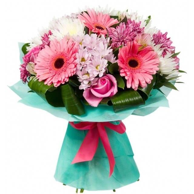 ДюймовочкаГерберы<br>Эта нежно-розовая композиция выглядит безмерно милой и приятной.<br>Сочетание гербер, роз и кустовых хризантем на языке цветов означает<br>скромность, изящество, нежные чувства и при этом, благодаря хризантемам,<br>букет универсален, способен обрадовать как возлюбленную, так и друзей или<br>коллег, дарится в честь юбилея или другого важного праздника.<br>