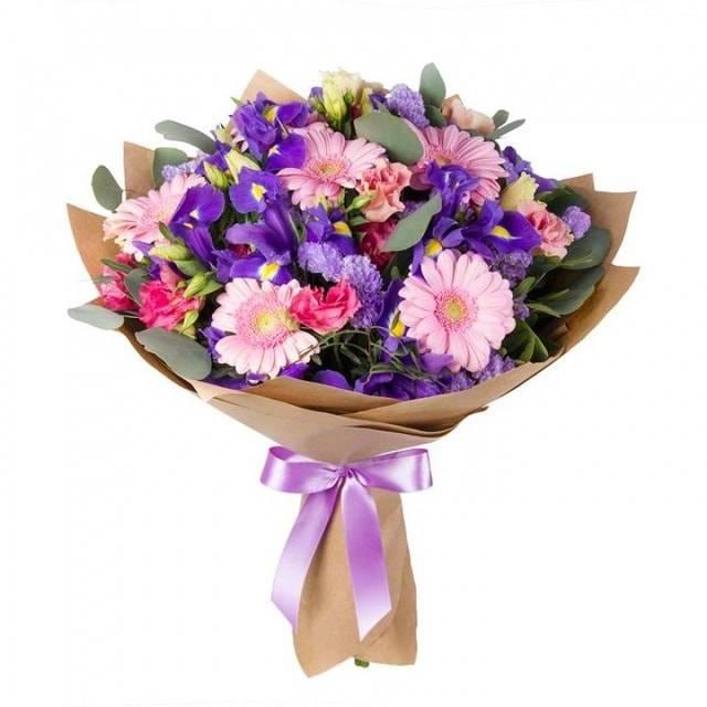 Ветер переменГерберы<br>«Ветер перемен» - это универсальный букет, который подойдет для любого<br>случая, где хочется выразить поддержку, уважение и преданность. Букет<br>состоит из гермини, ирисов и эустомы. Эти цветы символизируют силу,<br>надежность вместе со счастьем, радостью и весельем. Приятные запахи<br>каждого из цветков вместе гармонируют, создавая шикарный аромат, которыйпридется по вкусу всем. Оформление композиции элегантно и будет уместно во<br>всех ситуациях.<br>