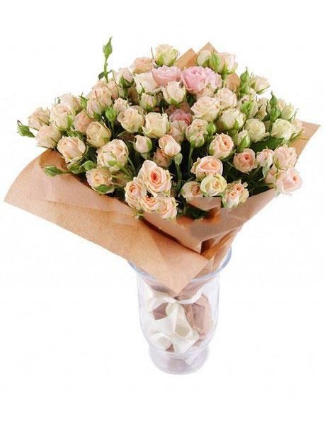 Крем-брюлеКустовые розы<br>Букет «Крем-брюле» состоит из нескольких кустарных роз светлой цветовой<br>гаммы. Спектр цветов берет начало в белом и заканчивается на розовом цвете,<br>включая в себя множество растений с разными оттенками. Белые розы всегда<br>были наиболее популярным символом чистоты, непорочности и отсутствия<br>корысти. Букет прекрасно подходит для извинений перед друзьями или<br>любимыми.<br>