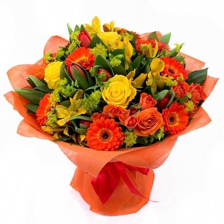 РыжикГерберы<br>Эта композиция наполнена цветами разных оттенков и создает непередаваемой<br>красоты букет. Тут и гермини (маленькие герберы), и одноголовые розы,<br>кустовые розы, тюльпаны и альстромерии. Такое сочетание ненавязчиво,<br>выражает преданность, теплые чувства, надежность, свет и улыбку. Прекрасно<br>подойдет для повышения настроения друзьям или коллегам.<br>