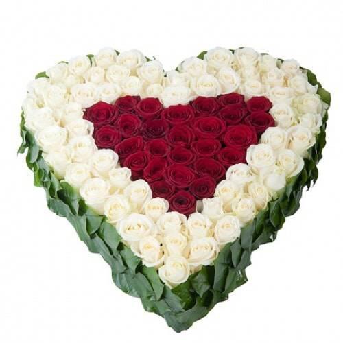 ВосторгКомпозиции<br>Хотите доставить непередаваемый восторг возлюбленной?<br>Одноименный букет станет лучшим помощников в выполнении этой задачи. Он выложен<br>в форме сердца, где в средние находятся красные розы, без слов указывающие на<br>страстную любовь и желание. Внешне они обрамлены белыми розами, передающими<br>нежность, чистоту намерений и свет. Кайма из зелени придает букету<br>натуральность и природный вид. Такая внушительная цветочная композиция навсегда<br>останется в памяти любимой.<br>