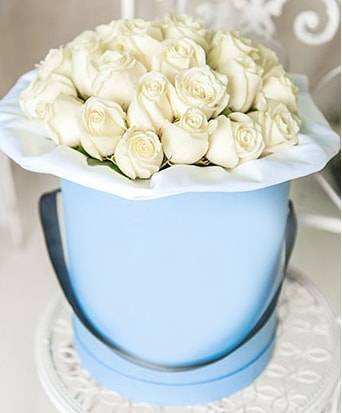 Белые розы в коробкеЦветы в коробке<br>Белые цветы издавна обозначают доброе отношение, светлые<br>чувства, нежность, чистоту и гармонию. А розы этого цвета – лучшие цветы,<br>подходящие ребенку в честь Дня Рождения, возлюбленной на свидание или годовщину<br>и невесте на свадьбу. Цветочная композиция в стильной голубой коробке смотрится<br>органично, а добавление зелени обеспечивает естественность и натуральность.<br>Запах роз улучшает настроение дарит позитив, оставляя навсегда отпечаток в<br>памяти.<br>
