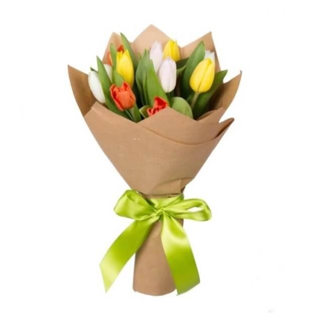 ТюльпанчикТюльпаны<br>Букет «Тюльпанчик» - яркий подарок по любому поводу для мужчины и<br>ребёнка. Дети и мужчины больше остальных радуются при виде разноцветных<br>и ярких вещей, представьте восторг, от столь красивого и прекрасного<br>цветочного набора. Букет будет хорошим подарком на День Рождение и другой<br>важный праздник, поможет извиниться перед дорогим человеком, просто<br>поднимет настроение на длительное время.<br>