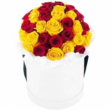 Осенняя радугаЦветы в коробке<br>Эта коробка будет прекрасным подарком на юбилей или любой другой праздник. Такое сочетание роз напоминает солнечную осень.<br>