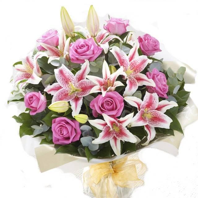 Морская звездаЛилии<br>Букет с загадочным названием «Морская звезда» состоит из розовых цветов и<br>зеленых растений, добавляющих свежесть и дух природы. В композиции<br>приняли участие розы и лилии, оба цветка отлично выражают нежность,<br>преданность и хорошее отношение. Подходит букет для принесения извинений<br>или приятного знака внимания членам семьи или друзьям.<br>