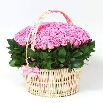Розовые розыКорзины с цветами<br>Женщины любят внимание, а лучшим способом подчеркнуть её<br>важность в вашей жизни будет большая корзина нежно-розовых роз. Букет из<br>розовых роз всегда считался лучшим способом показать начало отношений,<br>зарождение чувств. Это предвестник бури положительных эмоций, царящей в вашей<br>жизни. Наступает любовь и желанной женщине стоит показать свою серьезность.<br>Красивую корзину уместно взять на свидание или отправить с запиской, она будет<br>очарована подарком и признательна вам.<br>
